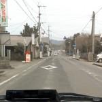 旧10号線。車が通る部分は灰が飛んでいるが、中央のラインや道路脇部分には灰が積もっている。