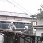 となりの塀に登らせてもらって車庫の屋根の掃除